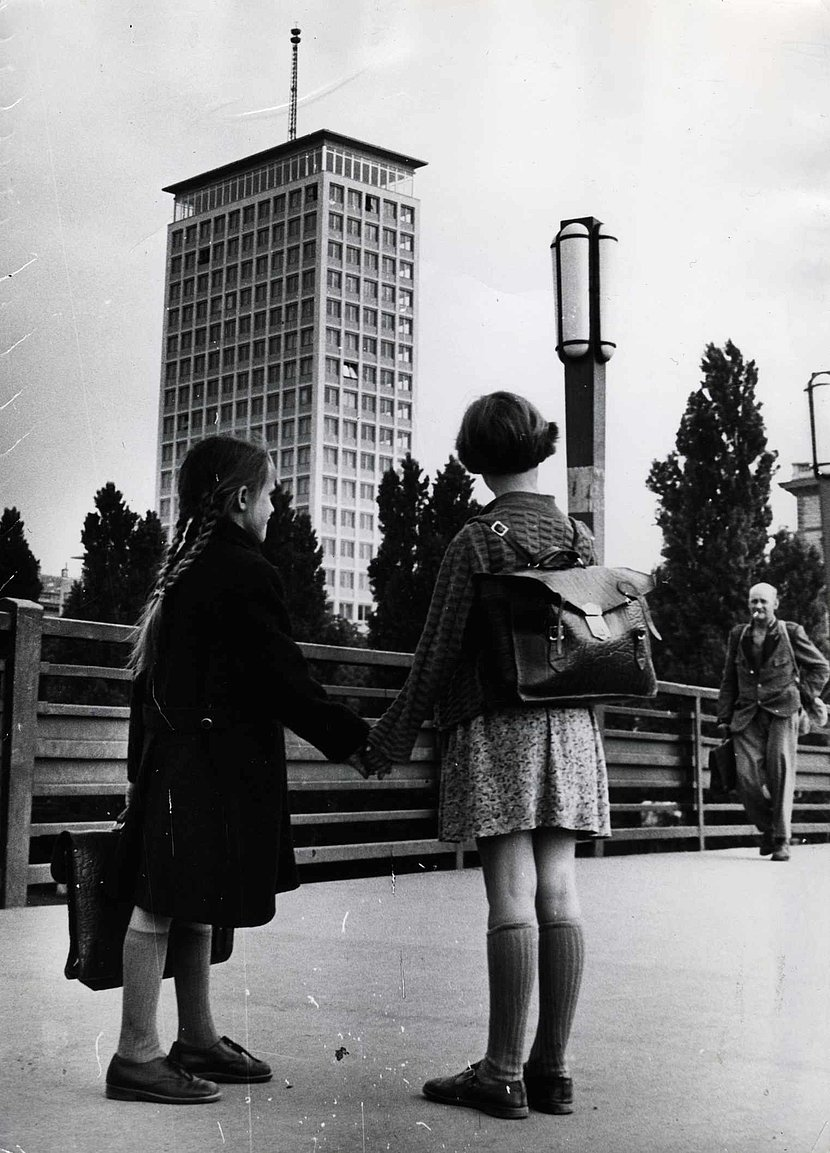 Image of the Ringturm with girls in front of it